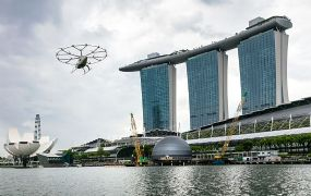 Volocopter luchttaxi vliegt over de Marina Bay in Singapore
